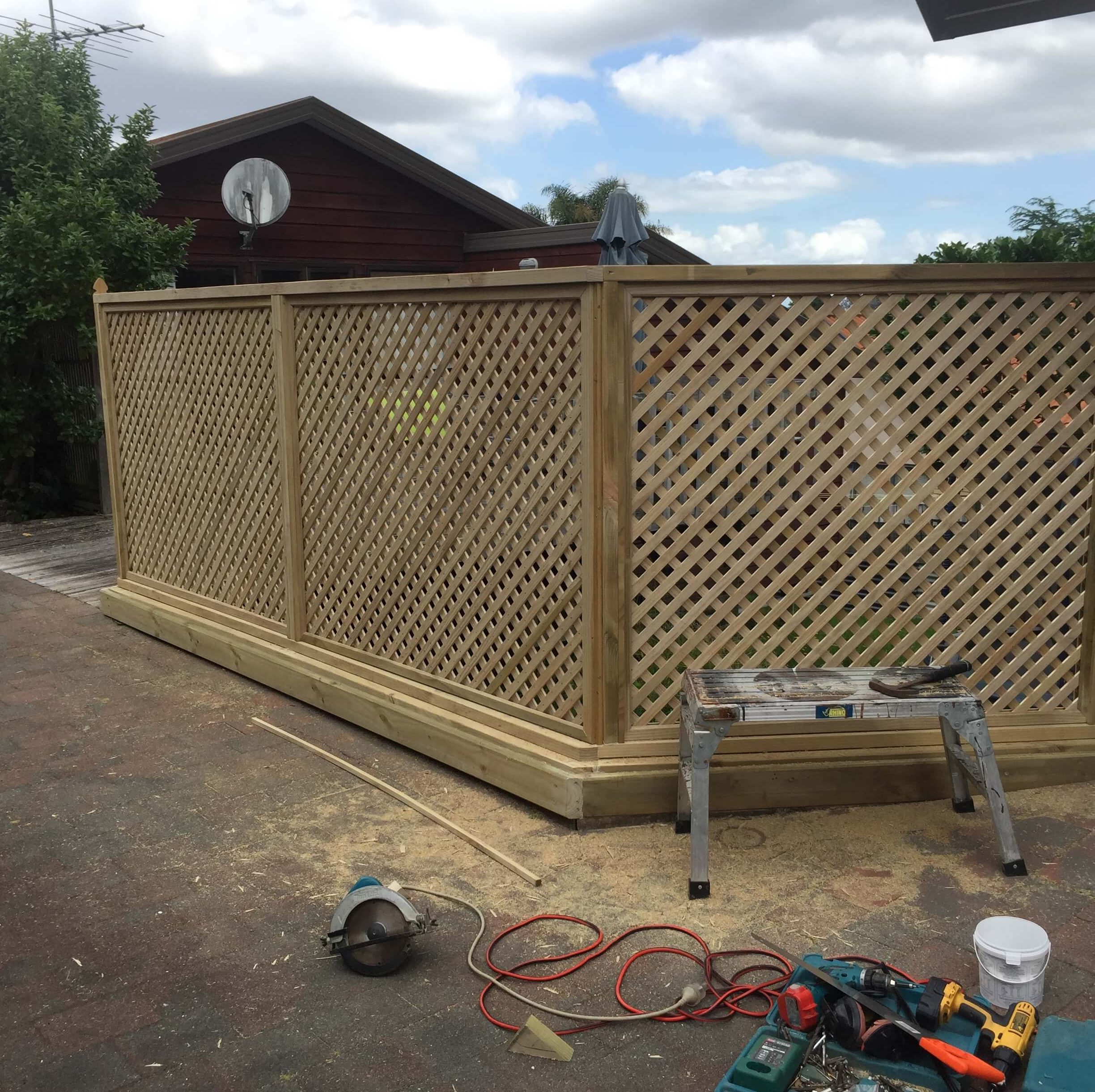 A picture of an installed 35mm diagonal fence.